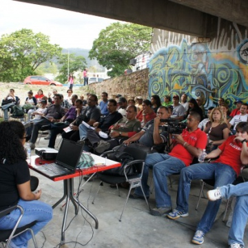 A number of open-air presentations, debates, and discussions were held as part of FLISOL's proposal to widen users' knowledge about open-source technologies and their application (Luigino Bracci).