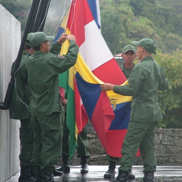 In Merida soldiers raise the flags of the state and of the five republics, as rain finally clears (Tamara Pearson/Venezuelanalysis)