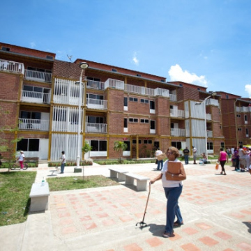 """Shared """"communal property"""" between housing complexes is intended to bring families together (Correo del Orinoco)."""