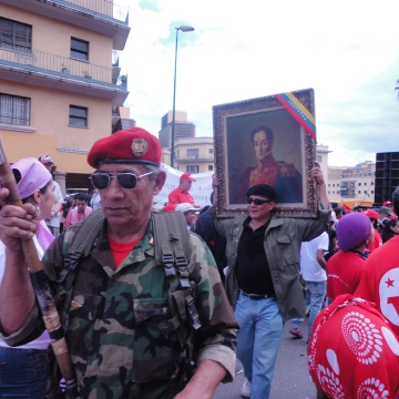 Marchers carrying a picture of the Liberator, Símon Bolívar (Rachael Boothroyd/Venezuelanalysis)