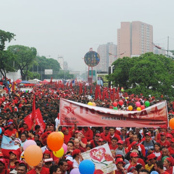 Despite the rain, tens of thousands of Venezuelans turned out to commemorate the coup (Rachael Boothroyd/Venezuelanalysis)