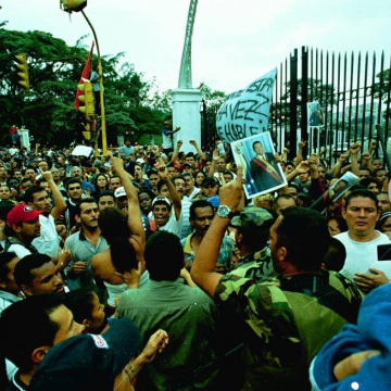After President Chavez was kidnapped, hundreds of thousands of his supporters surrounded the Miraflores Palace demanding that he finish his term in office (AVN)