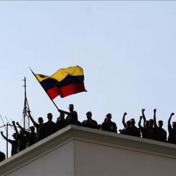 Loyalist troops came out in defence of Chavez and took back the Miraflores Palace (cooperativaduliska)