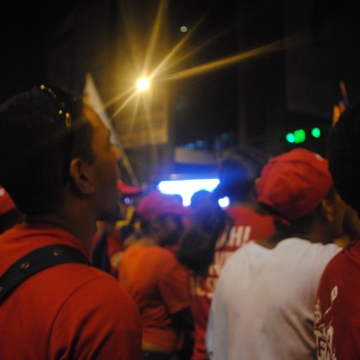 The celebrations outside Miraflores Palace went on into the night (Rachael Boothroyd/Venezuelanalysis.com)