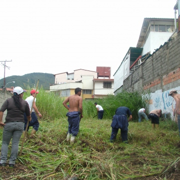 Together with the CIARA (Training and Innovation to Support the Agricultural Revolution) and some students, we cut the grass and cleared the land for planting. Now you can see the fence at the back! On the other side of that fence is our community notice board