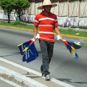 This man Capriles selling flags on a main road in Merida city told me he was only doing it because he needed the money, and that he was actually a Chavista. While the opposition held a large march on Sunday in Caracas, and a fairly large rally in Merida yesterday, their daily street presence has been next to nothing (Tamara Pearson / Venezuelanalysis.com)