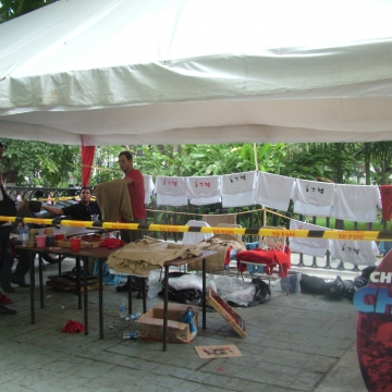 Making and selling pro Chavez t-shirts in the Bolivar Plaza in Caracas (Tamara Pearson / Venezuelanalysis.com)