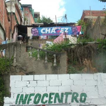 A pro Chavez banner hanging in the Petare barrio in Caracas (Tamara Pearson / Venezuelanalysis.com)