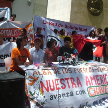 A community and alternative media press conference in Caracas encouraging people to vote for Chavez on Sunday, with expressions of solidarity from alternative media in Brazil, Spain, Argentina, and Australia, and explanations of how alternative media will be organising its coverage (Tamara Pearson / Venezuelanalysis.com)