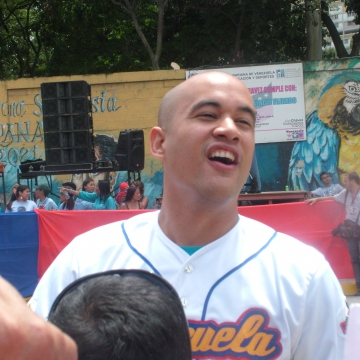 Hector Hernandez, the sports minister, greeting supports in Barrio 23 de Enero (Tamara Pearson / Venezuelanalysis.com)