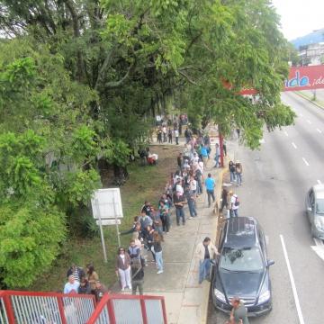 People lining up to vote in Merida city (Ewan Robertson / Venezuelanalysis.com)