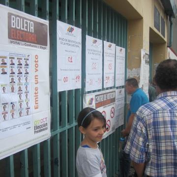 Looking at voting and booth information, in Coromoto School, Merida (Ewan Robertson / Venezuelanalysis.com)