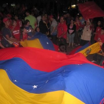 Families arrived to celebrate by raising the Venezuelan flag. (Ewan Robertson / Venezuelanalysis.com)