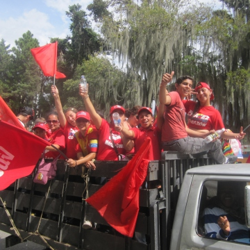 Groups of activists waved flags and sang revolutionary songs as they drove down into the Andean capital (Ewan Robertson / Venezuelanalysis.com)