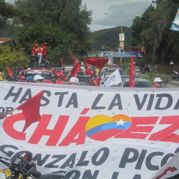 Afternoon, Monday 8 October – Thousands of Chavez supporters stream into the city of Merida from the surrounding towns and countryside in large motorcade to celebrate. (Ewan Robertson / Venezuelanalysis.com)