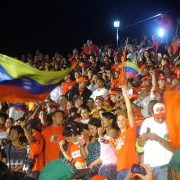 The crowd outside Miraflores (Tamara Pearson / Venezuelanalysis.com)