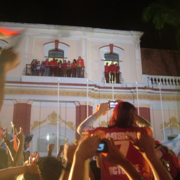The view from the crowd of the Balcony of the People in Miraflores presidential palace (Tamara Pearson / Venezuelanalysis.com)
