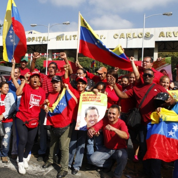 Supporters gathered outside the military hospital where Chavez is being treated (Mariely Márquez / Noticias24)