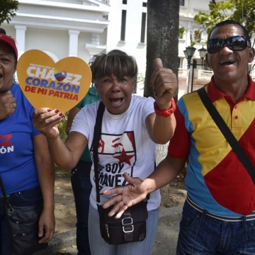 In front of opposition-controlled state governor's offices in Miranda (Ana Vanessa Herrero / Noticias24)