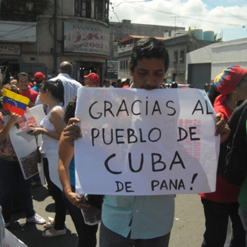 "A man outside the hospital holds a sign that says ""Thank you to the Cuban people, for real!"" (Juan Carlos Neira)"