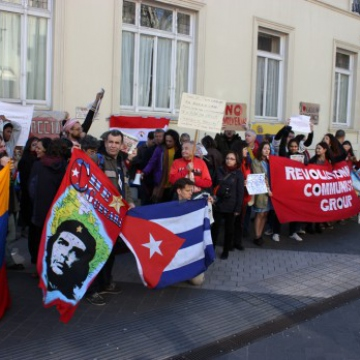 Sam Cordery from Fight Racism! Fight Imperialism! reported that 80 supporters of the Bolivarian revolution rallied outside the Venezuelan Embassy in South Kensington, London on April 20. 400 opposition protesters also showed up. (Revolutionary Communist Group)