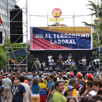 "Opposition in Caracas, the banner reads ""No to work based terrorism"" (Ingrid Arteaga - Noticias 24)"