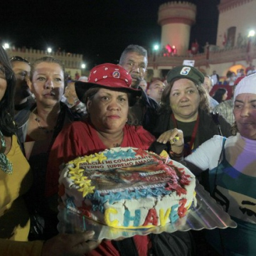 A birthday cake prepared by some Caracas residents. (AVN)