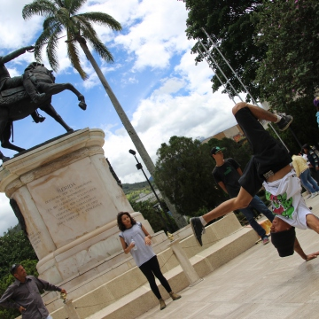 Breakdancers in Bolivar Square, Merida. (Ryan Mallett-Outtrim/Venezuelanalysis)