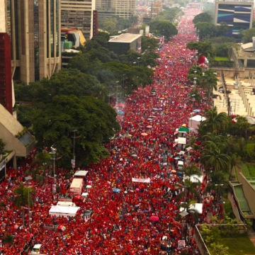 One of the seven avenues filled with Chavez supporters during the closing campaign rally (La Iguana)