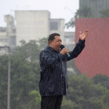 Chavez addressing supporters in the rain, 4 October 2012 (VTV)