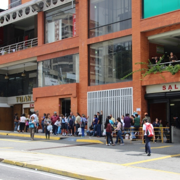 Lines outside a supermarket in Merida, opposite the rally. Some people in the queue told Venezuelanalysis there was a rumour powdered milk might arrive later in the day. (Ryan Mallett-Outtrim/Venezuelanalysis)