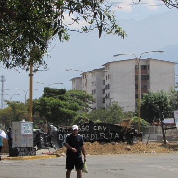 This photo was taken on 6 March from the entrance of the Social Security hospital on the Las Americas Avenue in Mérida. Road access to the hospital is completely blocked off by barricades and barbed wire. Health staff and supplies enter during the quiet early morning period while the barricade militants sleep, creating a delicate situation for hospitalised patients inside. As this hospital, one of three in Merida, is blocked off, pressure has likely been increased on the two other hospitals still open to road access.