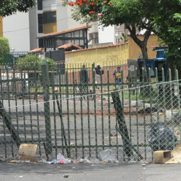 Another barricade, taken on 15 March, of the Cardinal Quintero urbanization. By this stage the number of barricades in the city had shrunk, with the most hardcore barricades remaining around the Las Americas and Los Proceres Avenues, such as this one.