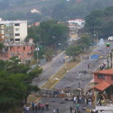 However, barricade activists and the residents that support them tried to block the cleanup, leading to clashes. Security forces were only able to advance as far as the Cardinal Quintero urbanization, where barricades and those defending them can be seen in the bottom of the photo. A National Guard tank can be seen at the top. (@Clementina266).