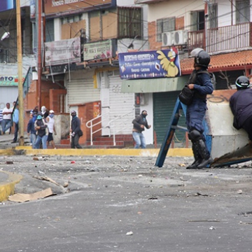 The National Guard has faced up to opposition militants in some areas to try and dismante the barricades, and have often been met with fierce resistence. While they have managed to take some barricades down, militants often return to re-erect them when given the opportunity. This photo is taken from one of the confrontations between police and barricade activists, in this case on I March (el meridenazo)