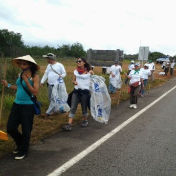 Groups cleaning the Canaima National Park earlier this year. Most of the cleaners were youth volunteers. (Prensa Mintur)
