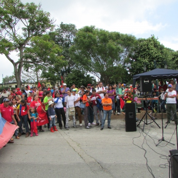 The commune members met in an assembly where initial announcements and cultural activities were held. The United Socialist Party (PSUV) state governor and two local PSUV mayors also attended, as well as representatives of several state institutions, such as the National Land Institute and the Ministry of Communes.