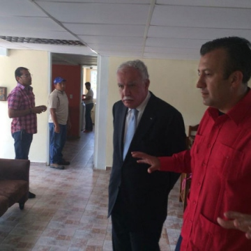The images of the shelter released yesterday showed the pro-government minister of Aragua state (centre – north), Tareck El Aissami, where the shelter is located, giving a tour of the house to the Palestinian representative in Venezuela, Riad Al-Maliki.