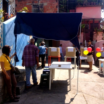 The community began setting things up at around 9.30am on voting day, including three voting booths... (Rachael Boothroyd Rojas - Venezuelanalysis)
