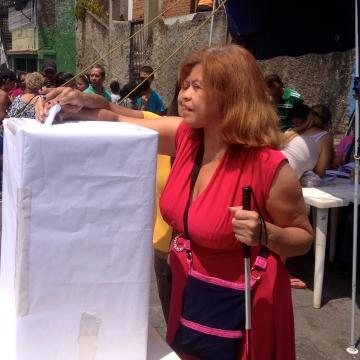 A vote is cast! (Rachael Boothroyd Rojas - Venezuelanalysis)