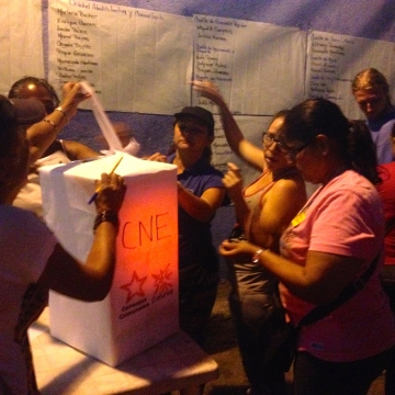 The process of opening up the ballot box was carried out in full view of the community (Rachael Boothroyd Rojas - Venezuelanalysis)