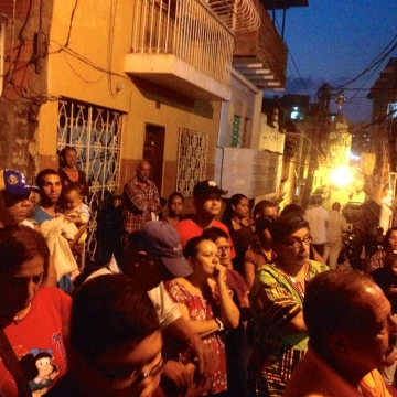Members of the community stayed well into the night in order to witness the vote count (Rachael Boothroyd Rojas - Venezuelanalysis)
