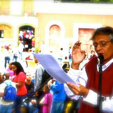 The closing act in Plaza el Venezolano in central Caracas. Ramon Calderon read poetry written by Afrodescendent groups from his homeland in Peru. Other presenters such as Saint Louis XVI talked the public through the revolutionary contributions of the Haitian Revolution. 