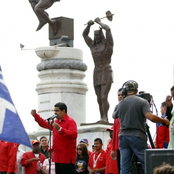 President Maduro addresses supporters beside the newly unveiled monument to the indigenous leader Tiuna, who resisted Spanish colonialism. (AVN)