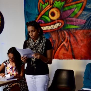 Kattia Piñango reads a poem by Puerto Rican poet Julia de Burgos (Rachael Boothroyd Rojas/Venezuelanalysis.com)