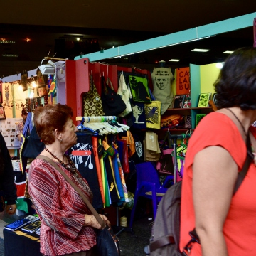 "Two of the stalls promoted natural approaches to parenting, including slings inspired by Latin American indigenous peoples. The collectives form part of Venezuela's ""Parenting with Bonding"" movement (Crianza con Apego). (Rachael Boothroyd Rojas - Venezuelanalysis.com)"