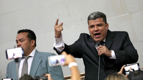 N President Luis Parra (right) and six other dissident opposition lawmakers were sanctioned on Monday. (Reuters)