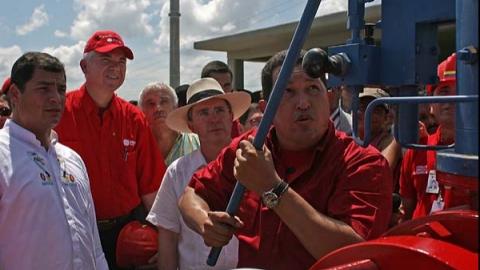 Venezuelan President Hugo Chavez opens a valve in the new transnational gas pipeline (Prensa Presidencial)
