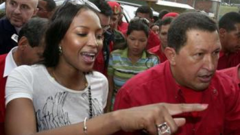 Supermodel Naomi Campbell and Venezuelan President Hugo Chavez tour a new housing complex in Caracas (AP Photo/Howard Yanes)