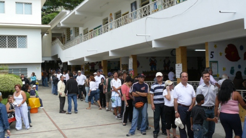 Voters standing in line in the upper middle class neighborhood of Los Palos Grandes in Caracas. (Gregory Wilpert)